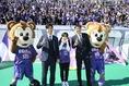 【広島 3 -0 鹿島 PHOTO】サポーターの前で記念写真を撮る本田望結、森崎和幸、中田浩二。|写真:滝川敏之