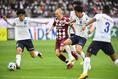 【神戸 1-1 横浜FC PHOTO】横浜FC守備網を突破するA・イニエスタ(左から2人目)。写真:徳原隆元