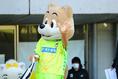 琉球サポーターに手を振っていました|写真:茂木あきら(サッカーダイジェスト写真部)