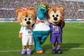 サンフレッチェ広島/サンチェ(左)・フレッチェ(右)・スラィリ―(同じ広島に本拠地を構える広島東洋カープのマスコットキャラクター) 写真:サッカーダイジェスト