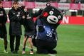 2017年4月9日キリンカップ、くまモンにお尻アタックをする長谷川|写真:茂木あきら(サッカーダイジェスト写真部)