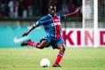 オーガスティン・オコチャ(MF /元ナイジェリア代表/在籍期間98~02年/10番を背負ったシーズン:98-99~01-02/10番時代の公式戦成績:112試合・20得点・9アシスト)|写真:Getty Images