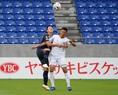 【J1第2節PHOTO】G大阪1-2C大阪|キム・ヨングォン(左)と都倉賢の競り合い。写真:田中研治