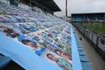 【J2第3節PHOTO】磐田1-1岡山|サポーターの写真が並んだ磐田のゴール裏。試合中は応援とチャントも鳴り響いた。写真:滝川敏之