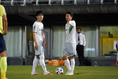 【PHOTO】FKのチャンスに話し合う藤本(左)と佐藤|写真:山崎賢人(サッカーダイジェスト写真部)