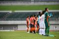 【J2第3節PHOTO】山口 0-3 愛媛|試合前、医療従事者に対して拍手を送る両チームの選手たち。写真:徳原隆元