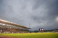 【J2第3節PHOTO】山口 0-3 愛媛|曇り空のなか始まった試合。終盤には激しい雨が降る展開となった。写真:徳原隆元