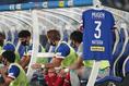【PHOTO】ベンチにも松田直樹さんのユニホームが飾られた|写真:山崎賢人(サッカーダイジェスト写真部)