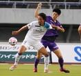 【J1第9節PHOTO】広島1-0湘南|荒木(右)と指宿のマッチアップ。写真:田中研治