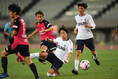 【J1第9節PHOTO】C大阪 0-0 FC東京|シュートを放つ奥埜(奥)。激しい消耗戦は決着付かずの引き分けに終わった。写真:徳原隆元