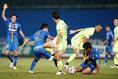 【PHOTO】ゴール前でボールを奪い合う選手たち|写真:山崎賢人(サッカーダイジェスト写真部)