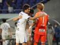 【J1第16節PHOTO】G大阪0-1湘南|決勝点を決めた大野が、試合終了後チームメイトと健闘を称え合う。写真:田中研治
