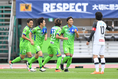 【J1第23節PHOTO】湘南 3-2 柏|開始4分、岡本(6番)のゴールで湘南が先制。写真:徳原隆元