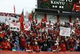 【J1第23節PHOTO】浦和6-0仙台|フラッグを掲げる浦和サポーター。写真:滝川敏之