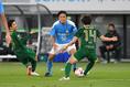【J2第28節PHOTO】東京V 0-0 磐田|遠藤(50番)は中盤のキーマンとしてときに厳しいマークを受けた。写真:徳原隆元