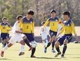 【高校サッカー選手権1回戦PHOTO】関東第一4-0山辺|パスを出す鹿股。写真:田中研治