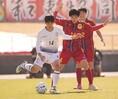【高校サッカー選手権2回戦PHOTO】関東第一1(6PK7)1神戸弘陵|類家(左)と松野のタイアップ。写真:田中研治