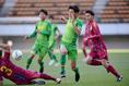 【高校サッカー選手権3回戦PHOTO】神戸弘陵学園 1-3 帝京長岡|ドリブル突破を図る上野(8番)。帝京長岡の選手たちは鋭い突破から次々とチャンスを作った。写真:徳原隆元