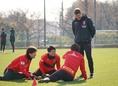 【浦和レッズPHOTO】選手に気さくに話しかけるリカルド・ロドリゲス監督。写真:田中研治