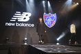 【FC東京新体制PHOTO】新体制発表冒頭ではニューバランスのアイテムがファッションショー形式で披露された。 写真:塚本凜平(サッカーダイジェスト写真部)