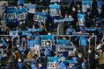 【J1第8節PHOTO】横浜FC0-3 広島|選手を迎える横浜FCサポーター。写真:滝川敏之