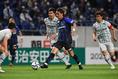 【J1第8節PHOTO】G大阪 0-0 福岡|福岡守備網を突破する宇佐美(中)。終始、試合のペースを握ったG大阪だったが最後までゴールが遠かった。写真:徳原隆元