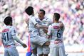 【J1第9節PHOTO】FC東京 2-4 川 川崎4点目を決めたL・ダミアンを祝福するチームメイトたち。 川崎は激しい守備と多彩な攻撃でFC東京を圧倒した。写真:徳原隆元
