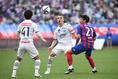 【J1第9節PHOTO】FC東京 2-4  川崎|J・シミッチ(中)は的確な守備と中盤からの好パスで攻守に渡ってチームを支えた。写真:徳原隆元